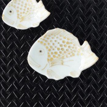 鯛型小皿 8cm 白磁金彩 HKJ0456【小皿 豆皿 手塩皿 有田焼 磁器 和食器 和モダン おしゃれ おもてなし 日本製 食洗機可 鯛型 お祝い おめでたい ギフト お正月】